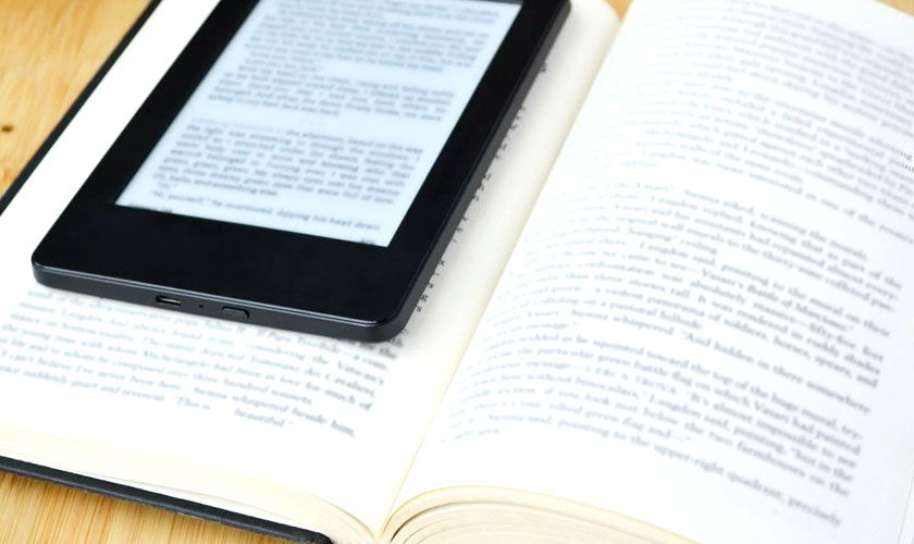 libro electrónico y libro de papel